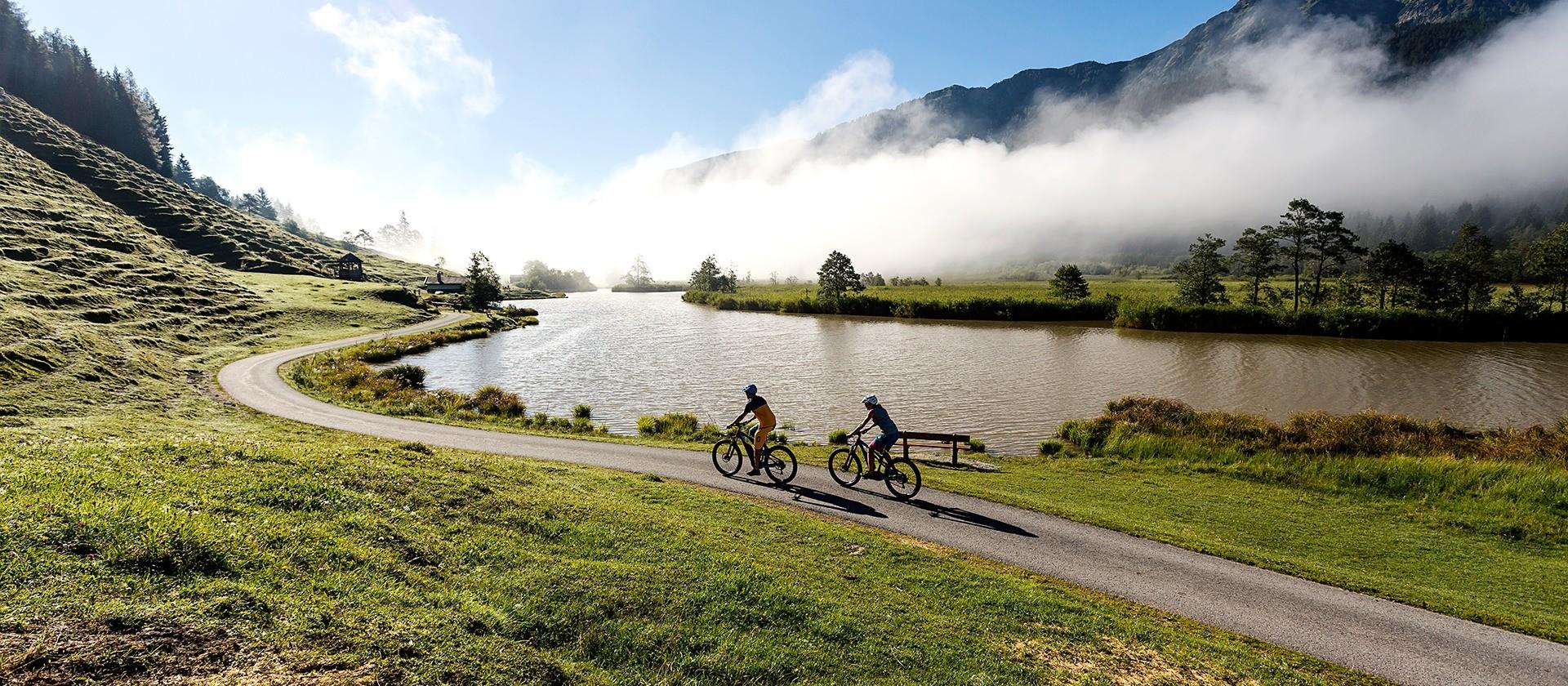 E-Bikefahrer am See in Saalfelden